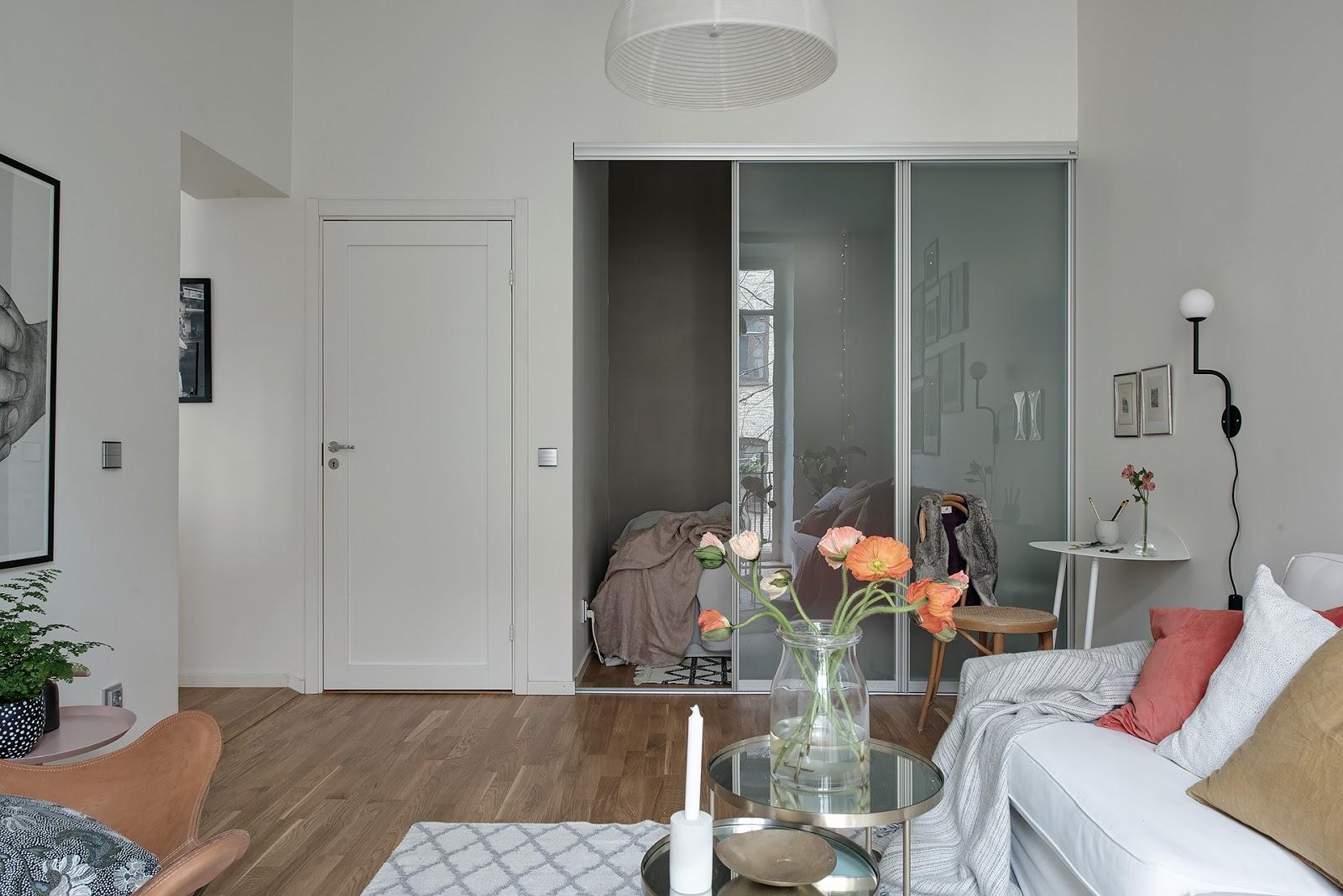 Dormitor în dulap, separat cu ușă glisantă în amenajarea unei garsoniere de 46 m²