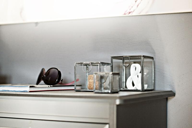 Blog + Fotografie by its me - Rooming Flur, Deko auf einer dunkelgrauen Kommode von ikea