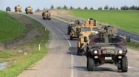 Zırhlı askeri personel taşıyıcı araçlardan oluşan bir mekanize birlik konvoyu yolda ilerlerken