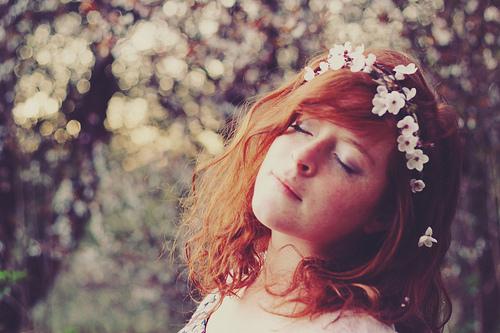 Resultado de imagem para moça flores no cabelo tumblr