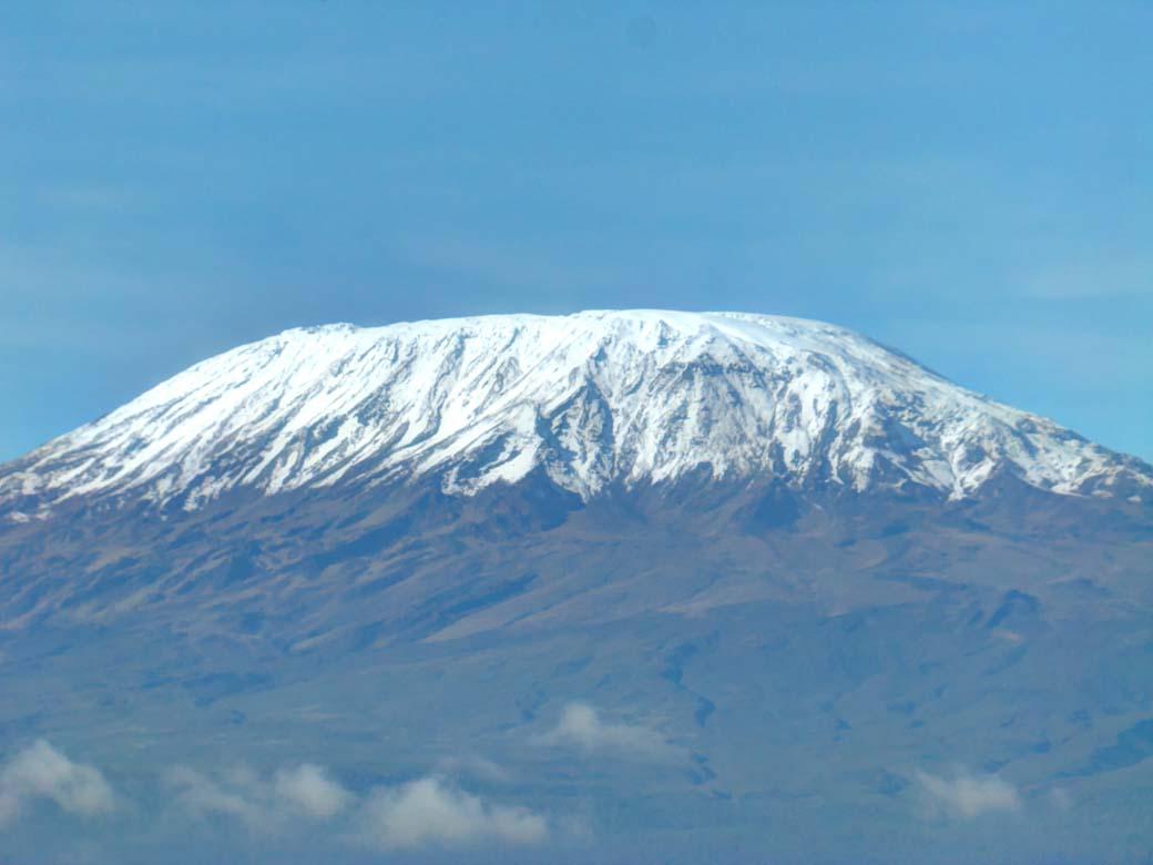 Снежная вершина горы Килиманджаро в Африке