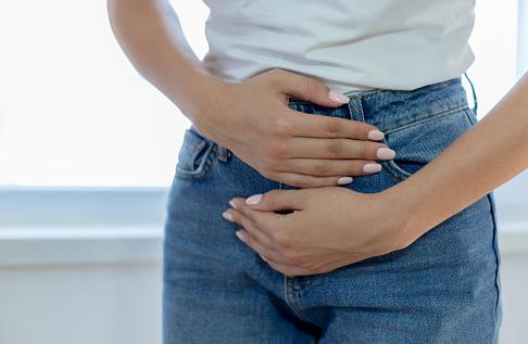 Penyakit Infeksi Jamur Vagina atau Vaginitis Pada Wanita Pengertian Infeksi Jamur Vagina atau Vaginitis Vaginitis adalah peradangan (pembengkakan, kemerahan) pada vagina yang disebabkan oleh banyak penyebab berbeda. Salah satunya adalah infeksi jamur Candida albicans. Penyakit yang disebabkan oleh candida vaginitis biasa terjadi. Sebanyak 75% wanita di dunia dapat memiliki penyakit radang vagina. Dalam kebanyakan kasus, candidia vaginitis dapat dihilangkan dengan cepat dan mudah. Namun, penyakit ini sangat menular dan sangat rentan untuk kambuh kembali.  Tanda dan Gejala Infeksi Jamur Vagina atau Vaginitis Gejala yang paling umum adalah terasa gatal pada vagina dan vulva, muncul benjulan putih, kadang-kadang sedikit lengket. Juga, dalam beberapa kasus, cairan vagina mungkin juga memiliki nanah.  Penyebab Infeksi Jamur Vagina atau Vaginitis Penyebab dari infeksi jamur vagian atau vaginitis adalah candida. Perempuan berisiko tinggi terkena infeksi jamur vagina karena penggunaan antibiotik yang membunuh bakteri sehat yang melindungi vaginanya. Tanpa bakteri menguntungkan, kondisi ini akan mempermudah jamur berkembang. Wanita yang memiliki diabetes, hamil, menggunakan pil kontrasepsi, melakukan terapi steroid dalam jangka panjang juga mampu mengalami infeksi jamur vagina. Penyebab lainnya adalah penyiraman vagina dengan air yang berlebihan, makanan kurang bergizi, kurang tidur, atau sistem kekebalan tubuh yang lemah.  Faktor Risiko Infeksi Jamur Vagina atau Vaginitis Faktor risiko dari infeksi jamur vagina atau vaginitis adalah sebagai berikut : Penggunaan antibiotik dalam jangka panjang Diabetes (kencing manis) yang tidak dikontrol Kerusakan atau gangguan kekebalan tubuh Penyiraman dengan air yang tidak benar Pengobatan pada vagina yang berkepanjangan   Nah itu dia bahasan dari penyakit infeksi jamur vagina atau vaginitis pada wanita, melalui bahasan di atas bisa diketahui mengenai pengertian, gejala, dan penyebab dari penyakit ini. Mungkin hanya itu yang bisa disampai