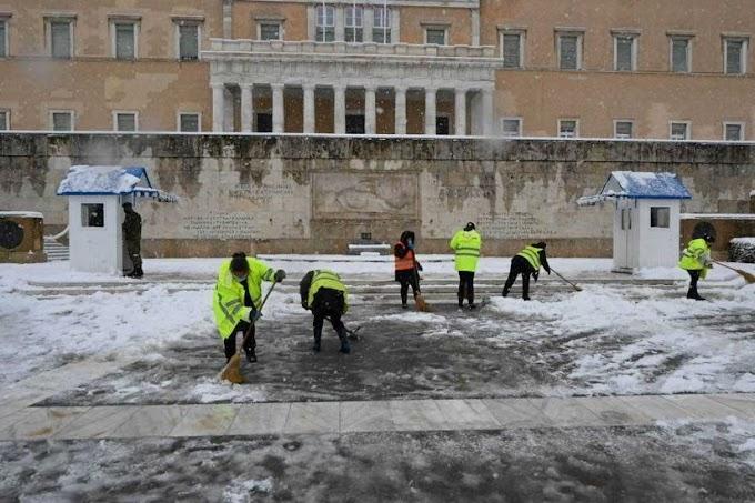 Τρίτος κόσμος: Με σκοροφαγωμένες ψάθες καθαρίζουν τα χιόνια μπροστά από τη Βουλή - Δεν έχουν ούτε σκούπες! (φώτο)
