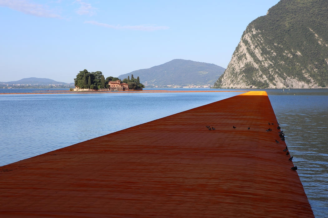 19-Christo-and-Jeanne-Claude-The-Floating-Piers-Walkways-on-Lake-Iseo-Italy-www-designstack-co