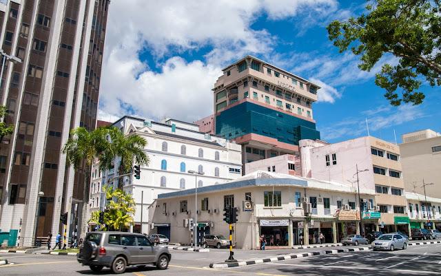 Hệ thống đường sá tại quốc gia này được đầu tư và chú trọng. Các tuyến đường tại thủ đô Bandar Seri Begawan hiện đại, sạch đẹp. Thành phố có lượng xe không nhiều, hầu hết người dân đều sử dụng xe hơi để di chuyển. Theo số liệu từ Niên giám thống kê ASEAN 2018 cung cấp, Brunei có 971 xe trên 1.000 dân vào năm 2017. Như vậy, trung bình mỗi hộ gia đình tại quốc gia này có từ 1-2 xe hơi riêng.