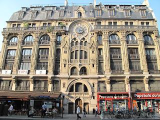 Le célèbre néo-gothique du 61, rue Réaumur avec sa façade médiévale et son cadran (Arch. Jouannin/Sirgery 1900)
