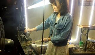 Tukang Sate Cantik Ini Bikin Netizen Kepincut
