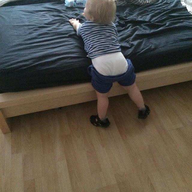 Gini Nih kalau Ayah Gagal Makein Baju Anaknya, Dijamin Ngakak!