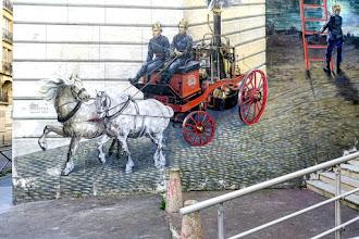 Paris : Fresque en trompe-l'oeil de Philippe Rebuffet rue Haxo, hommage aux soldats du feu de la caserne de Ménilmontant - XXème