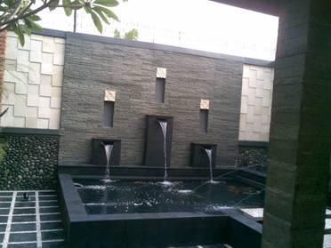 water wall dan kolam koi belakang rumah
