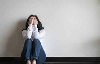 Gambar wanita menangis