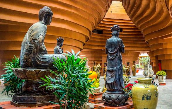 Nội thất trưng bày tượng phật của bảo tàng gốm Bát Tràng