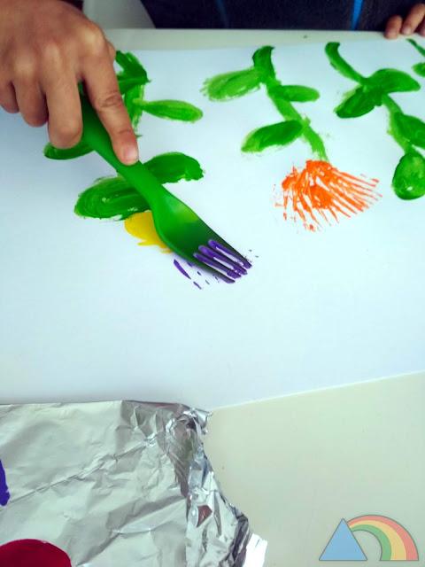 Estampando colores con un tenedor