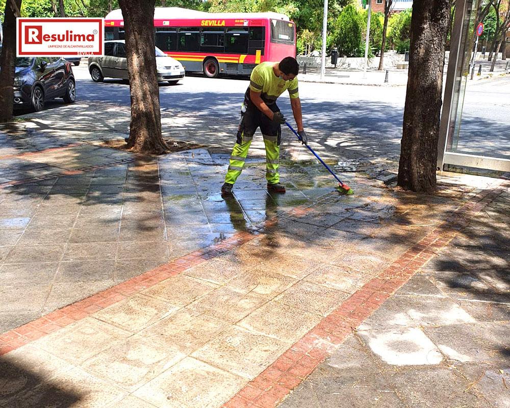 Limpieza con alta presión de vías públicas en Sevilla