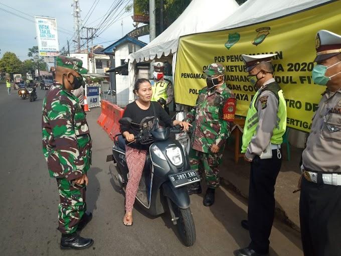 Anggota Koramil 03/Sukmajaya Perketat Pemeriksaan Kendaraan di Check Point