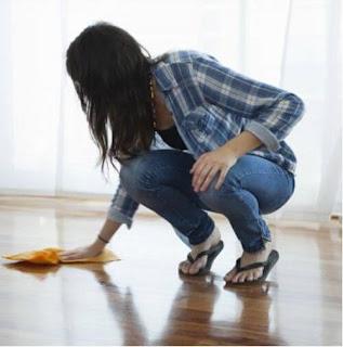 mengepel lantai kayu dalam membersihkannya