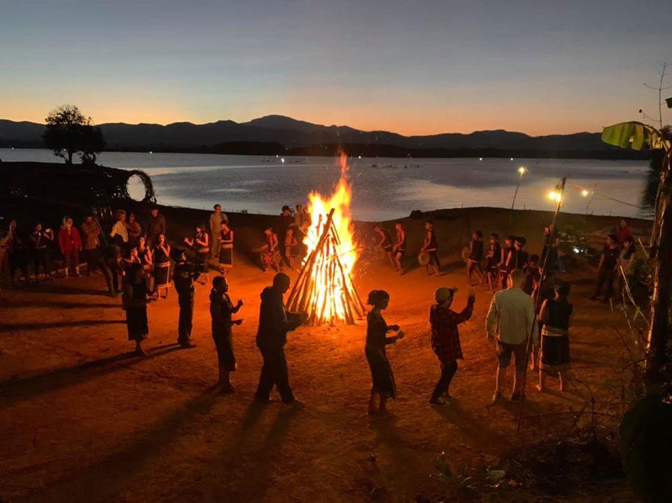 Và đêm xuống là nhịp nhàng cồng chiêng, múa xoang với bà con bên ánh lửa bập bùng