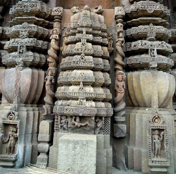A miniature temple flanked by naga sculptures at the Rajarani Temple, Bhubaneshwar
