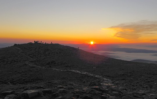 Wschód słońca na Babiej Górze. Niebo zaczyna zabarwiać się błękitem.