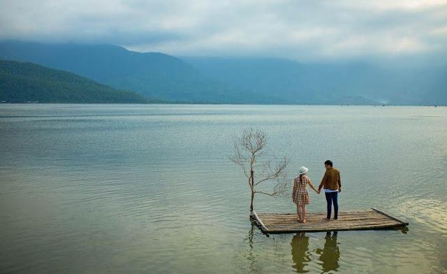 Đến với đầm Lập An, du khách sẽ có cảm giác như lạc vào một giấc mơ siêu thực với cảnh sắc thiên nhiên tựa bức tranh thủy mặc. Khi nước rút, đáy đầm hiện ra với một màu trắng ngà của vỏ hàu và những dải cát. Giữa một vùng nước xanh hiền hòa, ngắm nhìn những chiếc vó cất lên tĩnh lặng giữa trời.