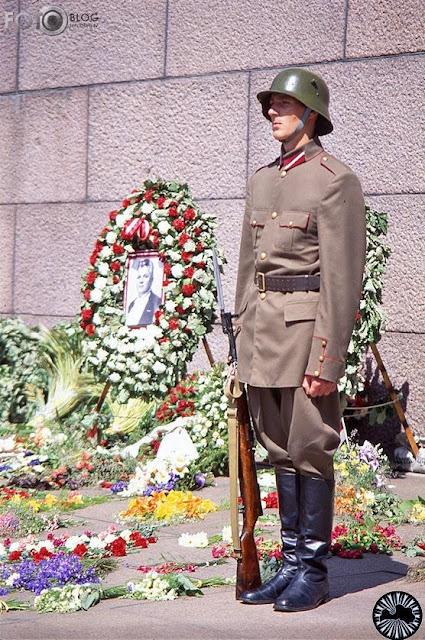 1992 год. Рига. Возле монумента Свободы. Каска с рожками.