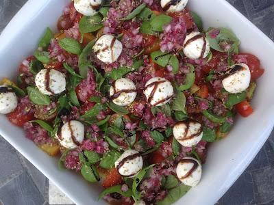 Tomatsalat med frilandstomater rødløg og mozzarellakugler aka CDJetteDCs LCHF