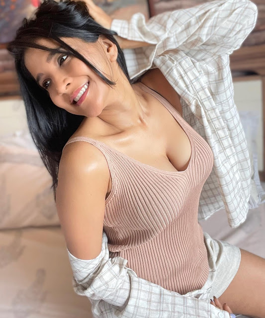 Tamil Actress Sakshi Agarwal Hot Cleavage Show Pictures https://www.actressbuzz.com