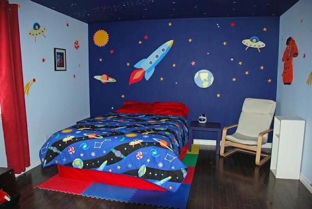 غرفة نوم كبيرة للشباب بسرير , لون ازرق , ورسومات