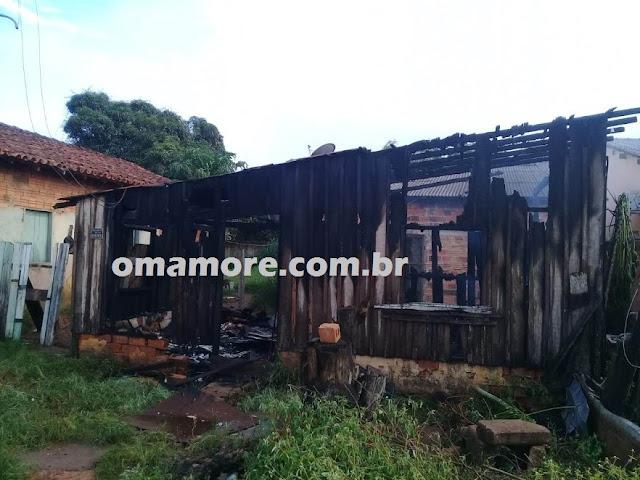 Incêndio destrói casa no bairro Serraria