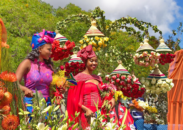a parade with many flowers that enchant the city