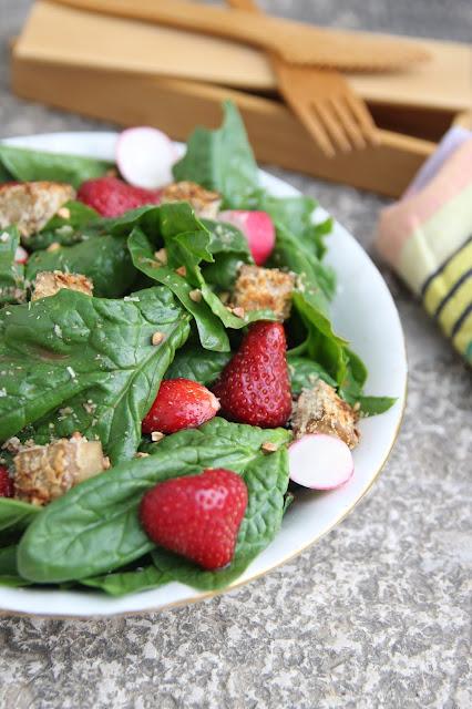 Cuillère et saladier : Salade épinards fraises tofu pané à la noix de coco