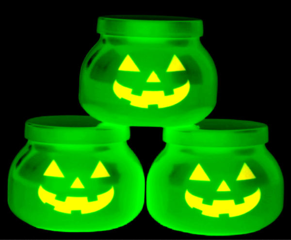 Make your own jack-o-lantern slime that glows in the dark! #halloween #slimerecipeskids #glowinthedark #pumpkinslime #growingajeweledrose #activitiesforkids