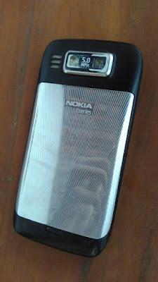Nokia E72 yang kedua  dari belakang (original)