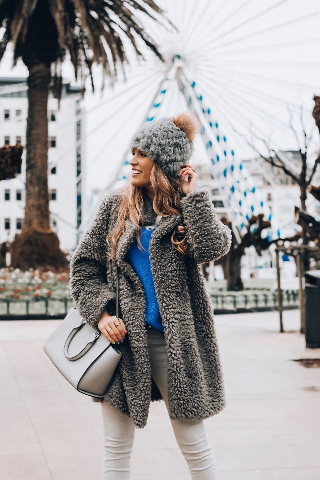 como llevar abrigo pelo rizado
