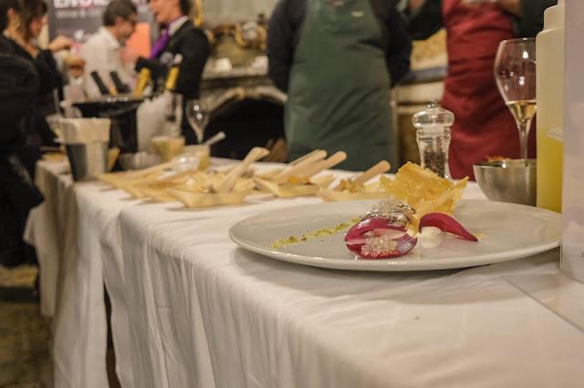 Massimiliano Vasta Vico Astemio - Cucinoteca | Alici marinata agli agrumi su mousse di ricotta al pecorino con cialda croccante al pistacchio, cipolla rossa in agodolce e perlage di spumante dell'Etna