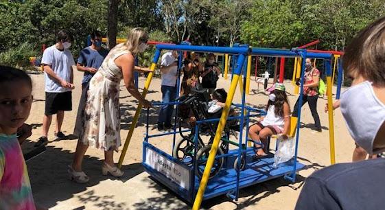 Jovens montam 1° parquinho para crianças com deficiência do RJ