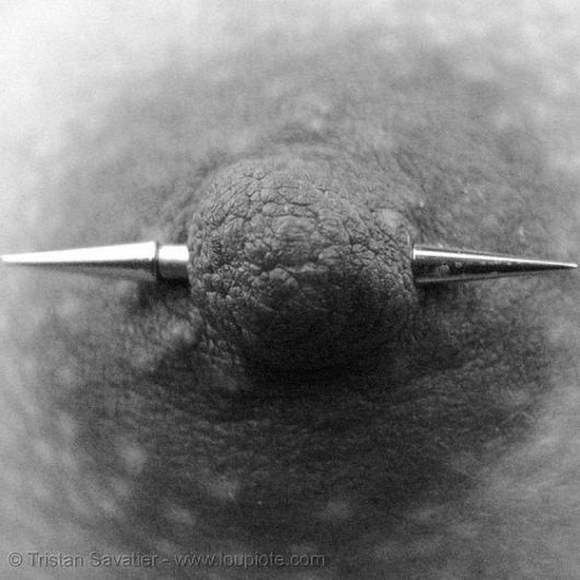 piercing al capezzolo foto in bianco e nero