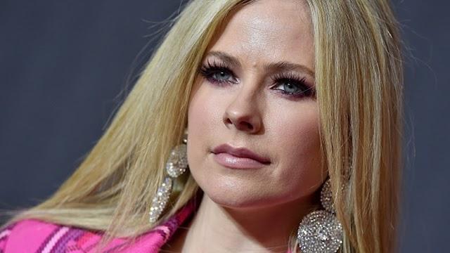 Redes creen que el 'Clon' de Avril Lavigne fue a los VMAs