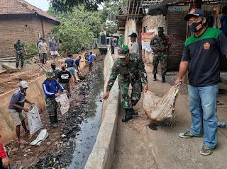 Ciptakan Kebersihan Dan Kerapian lingkungan TNI Dan Warga Turun Ke Sungai