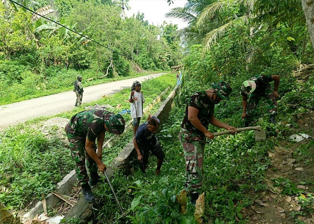 Satgas Yonif Raider 100/PS Pos Karang Bersama Masyarakat Bersihkan Jalan