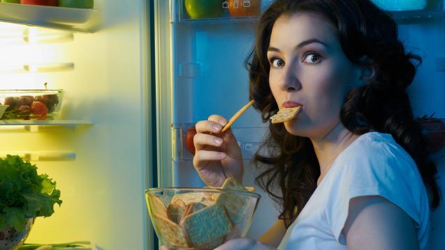 أضرار و فوائد الأكل قبل النوم