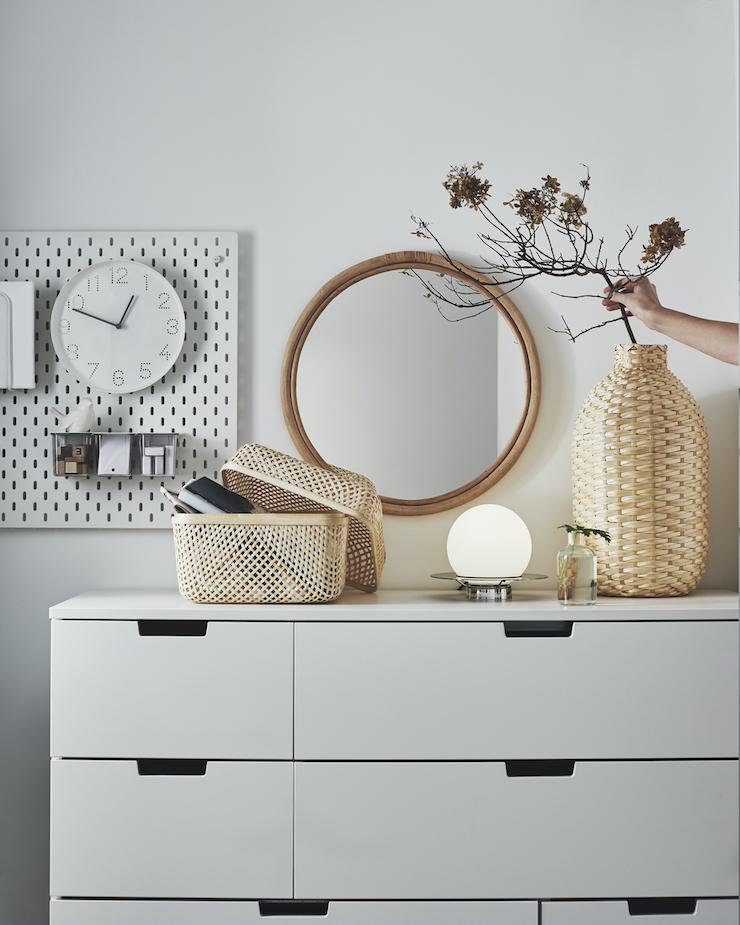 Nuevo catálogo IKEA 2021 dormitorios: dormitorio con almacenaje auxiliar con cajones.