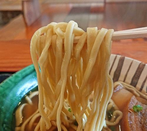 久高島特産イラブー粉末入りそばの麺の写真