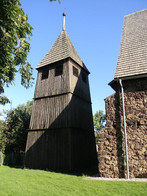 Przy kościele w Studzieńcu stoi drewniana dzwonnica.