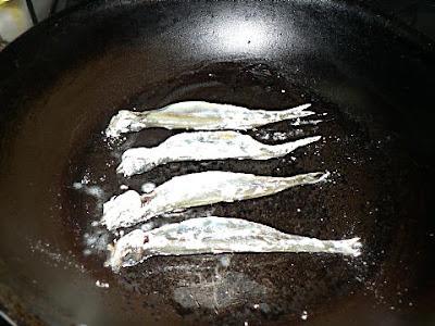 フライパンで焼くシシャモ