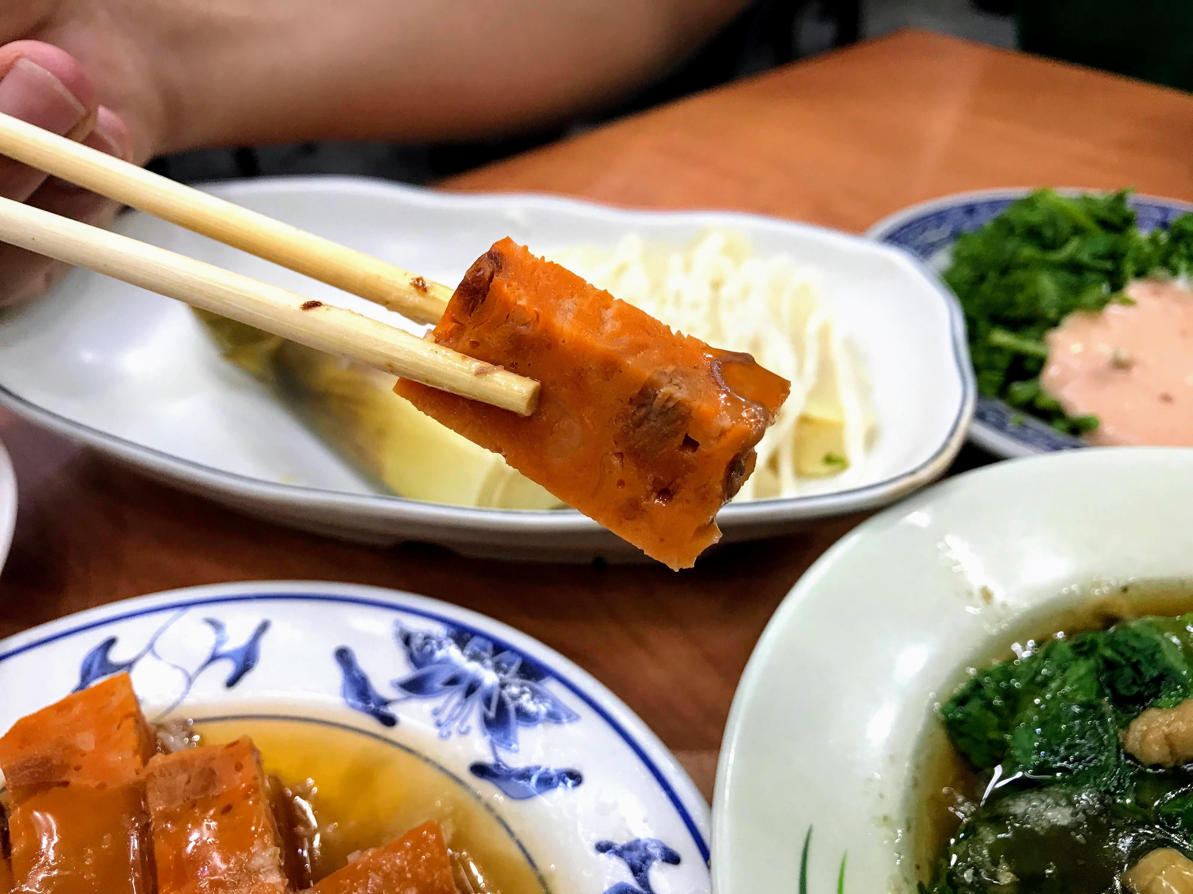 【嘉義 東區】民主火雞肉飯 特色油蔥醬汁雞肉飯與特別的橘紅蟳粿 百元有找的在地飄香好滋味