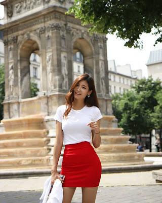 cewek manis pakai baju merah putih seksi dengan rok mini ketat