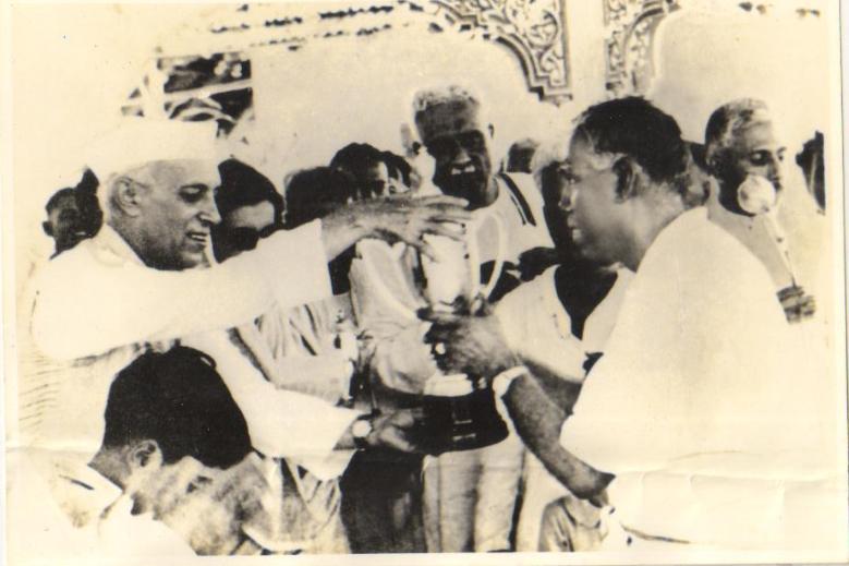 NEHRU TROPHY BOAT RACE 1952 Award ceremony