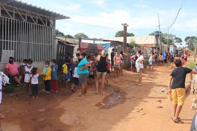 Lions entrega chocolates para crianças na favela Vila Itália