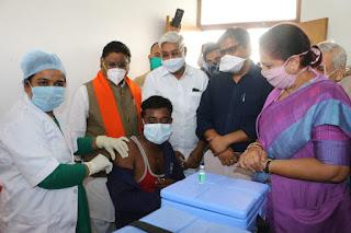 कोरोना टीकाकरण महाअभियान का शुभारंभ, कोरोना योद्धा अनिल जाधव को लगा पहला टीका